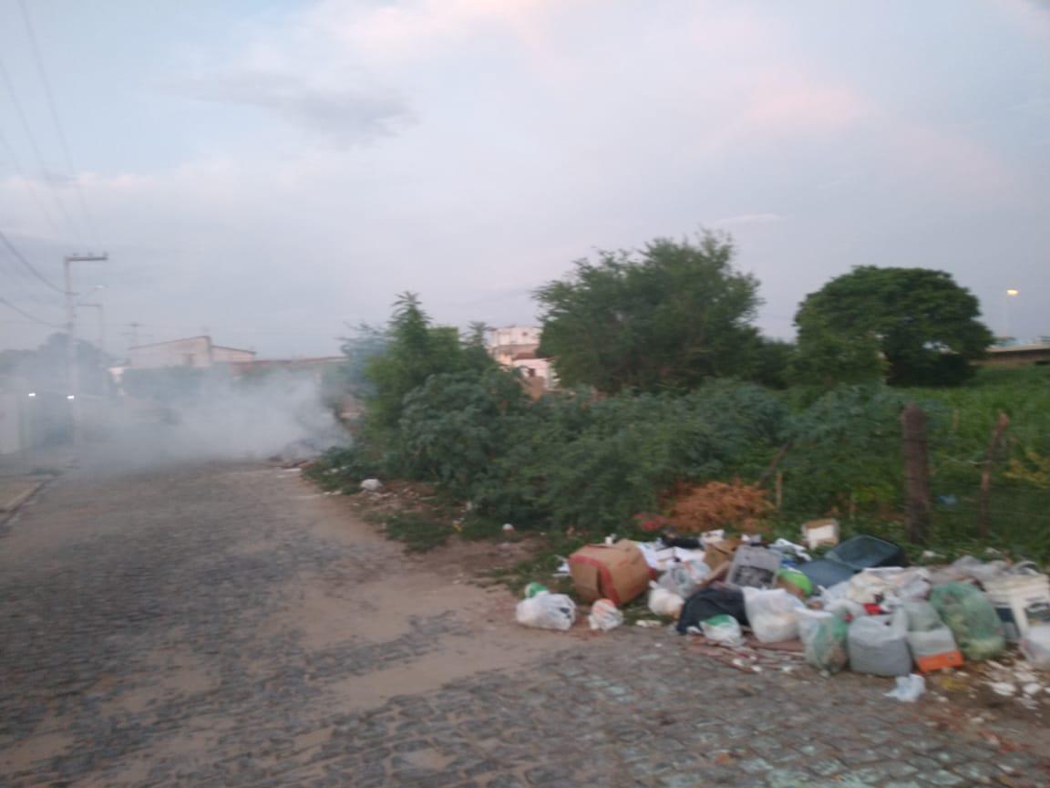 Lixo, fogo e fumaça prejudica moradores dos Bairros Belo Horizonte e Juá Doce em Patos.