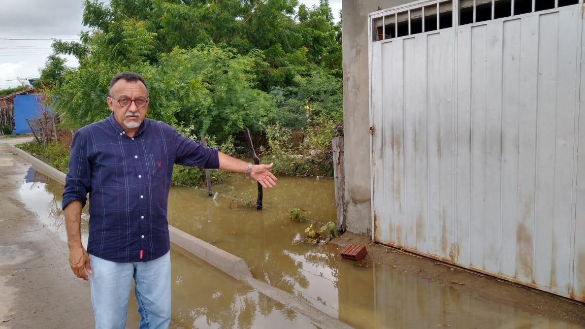 Vereador Zé Gonçalves denuncia que água da chuva e esgoto está invadindo as casas nos Sapateiros