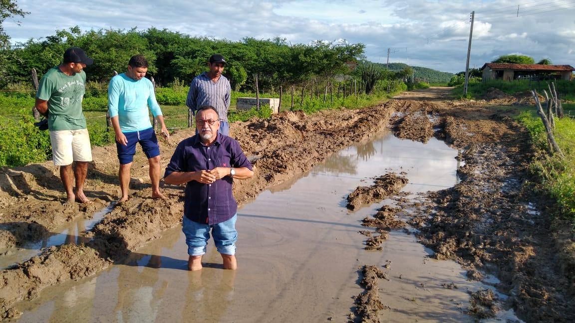 Empresa Tabocas está acabando com as estradas vicinais no Sítio Fechado. Denuncia vereador Zé Gonçalves