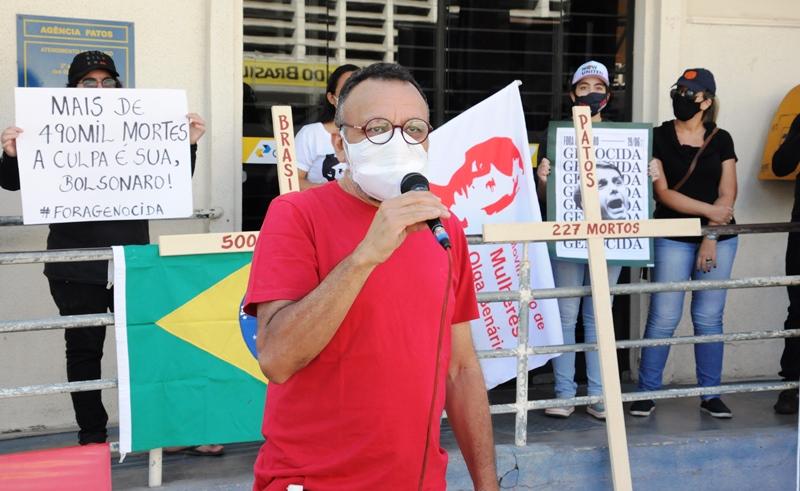 Em Patos, cruzes simbolizam 500.000 mortes pela Covid 19 em ato que pede vacinas para todos e impeachment de Bolsonaro
