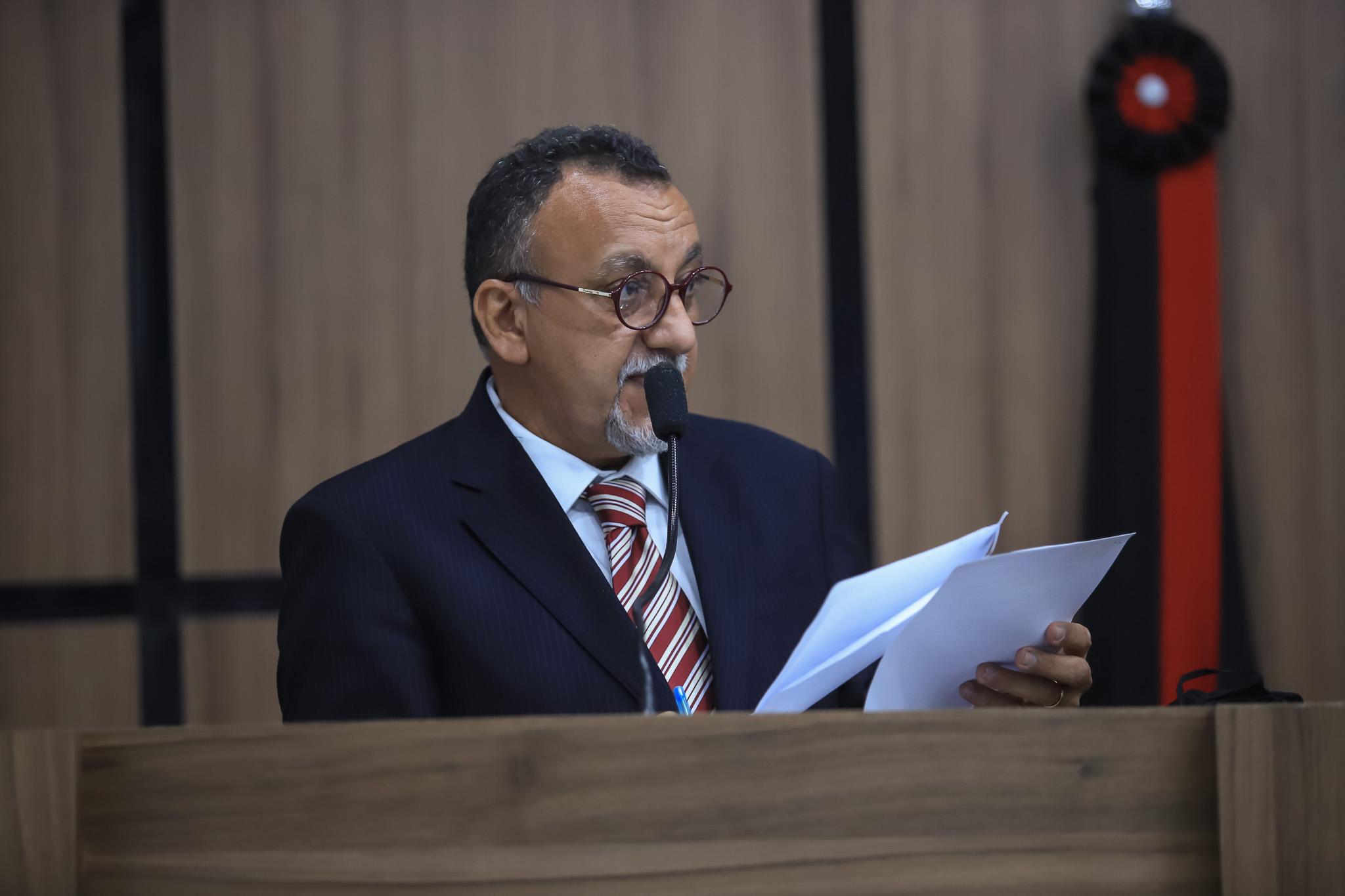 Zé Gonçalves cobra o remanejamento para que servidores efetivos da Saúde também recebam em dia