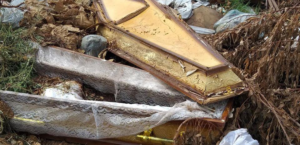 Cidadão denuncia existência de caixões a céu aberto, lixo, mato e lama no Cemitério Santo Antônio, em Patos