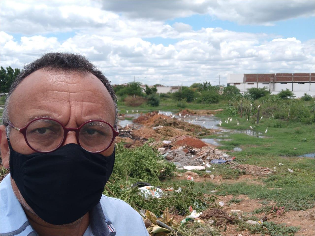 Zé Gonçalves diz que tem um mar de lama às margens do canal do Frango em Patos.