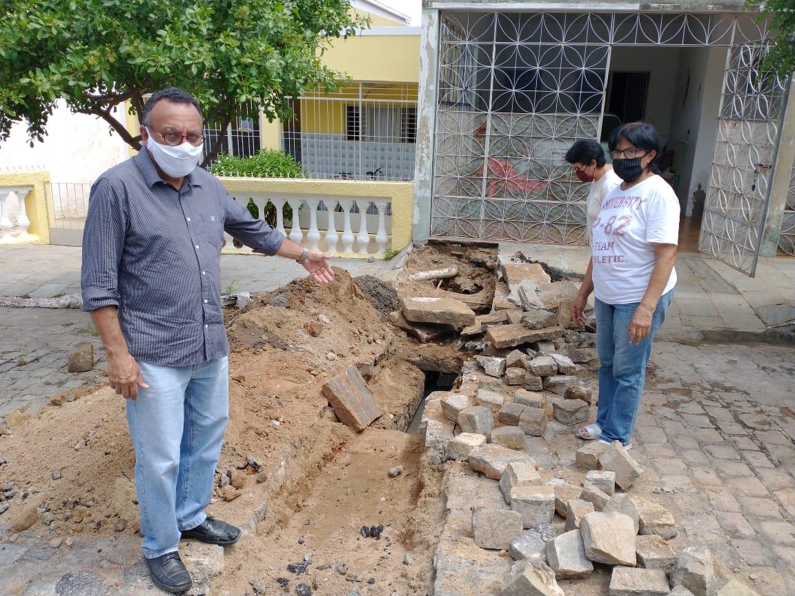Moradores da Rua Assis Chateaubriand estão consertando esgoto por conta própria. Vereador Zé Gonçalves diz que a responsabilidade é da Prefeitura