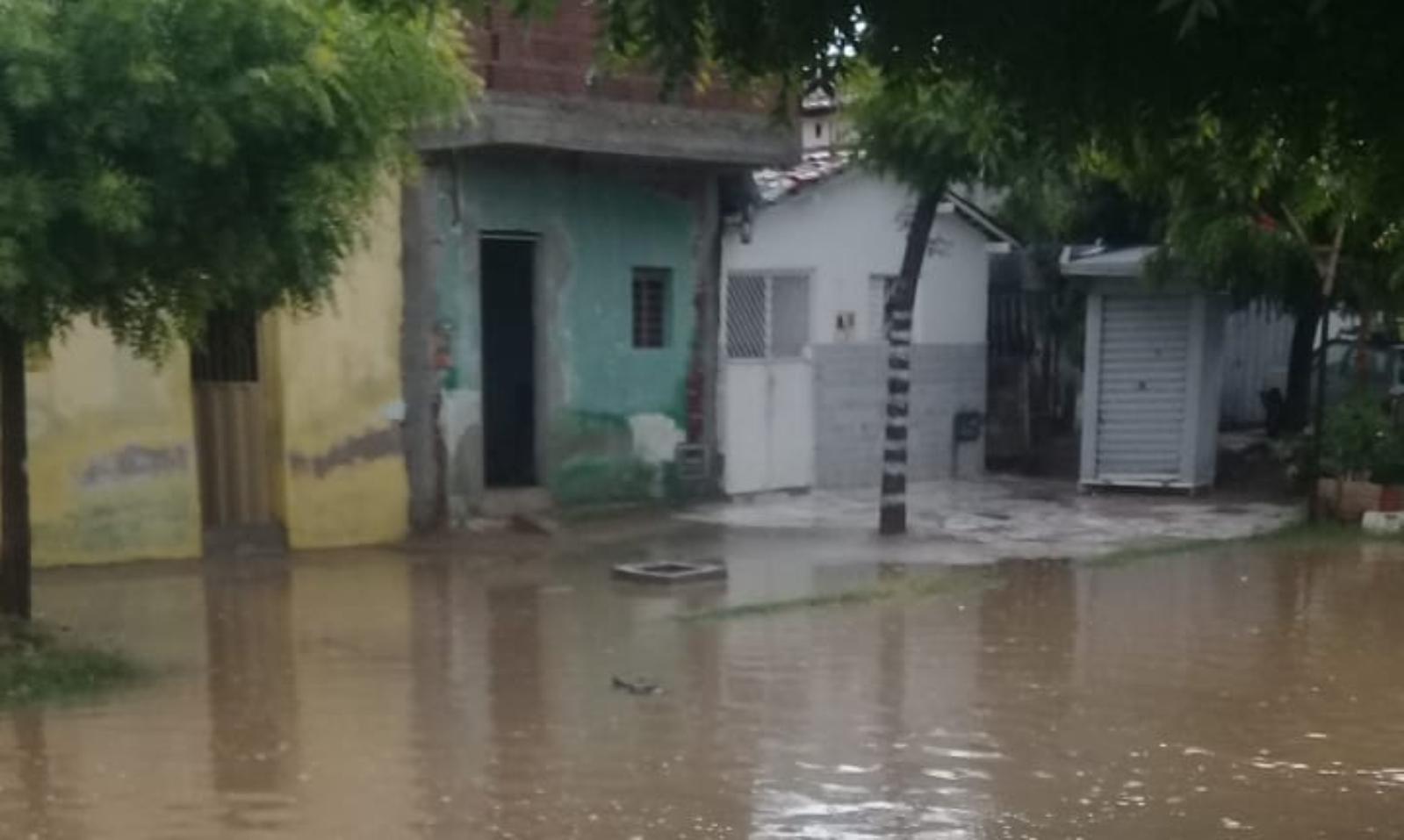 Moradores tem casas invadidas por água no Bairro da Liberdade em Patos. Diz vereador Zé Gonçalves