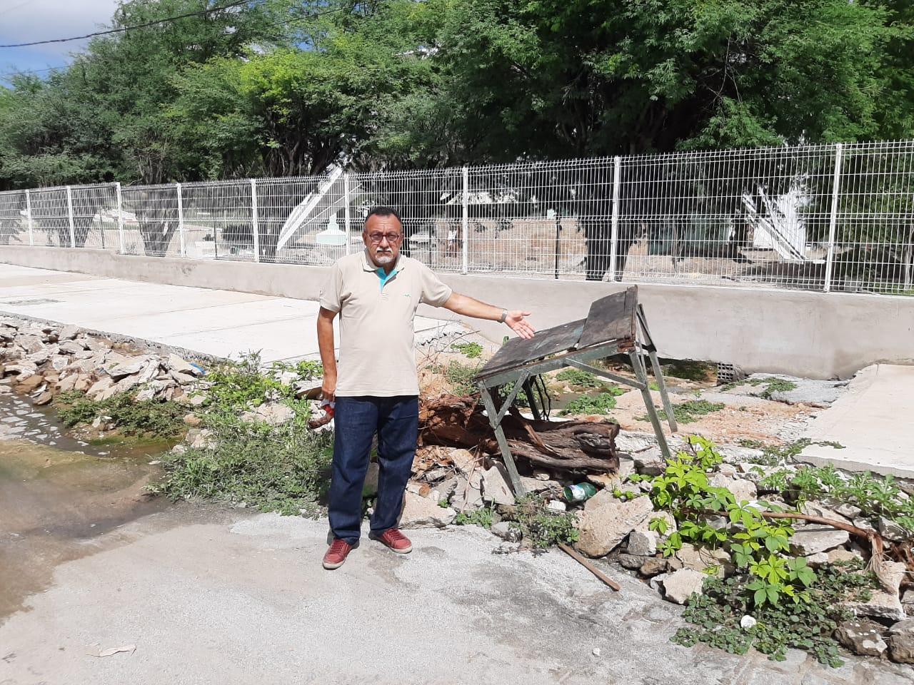 Moradores da Vila Mariana estão sendo prejudicados com galeria estourada, entulho, lixo e escuridão. Denuncia vereador Zé Gonçalves