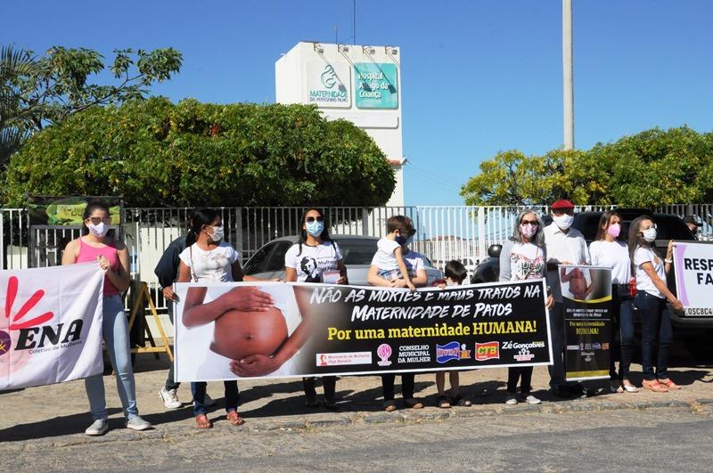 Durante vigília, pai de bebê diz que sua esposa tem sequelas da violência obstétrica sofrida na Maternidade Dr. Peregrino Filho, em Patos